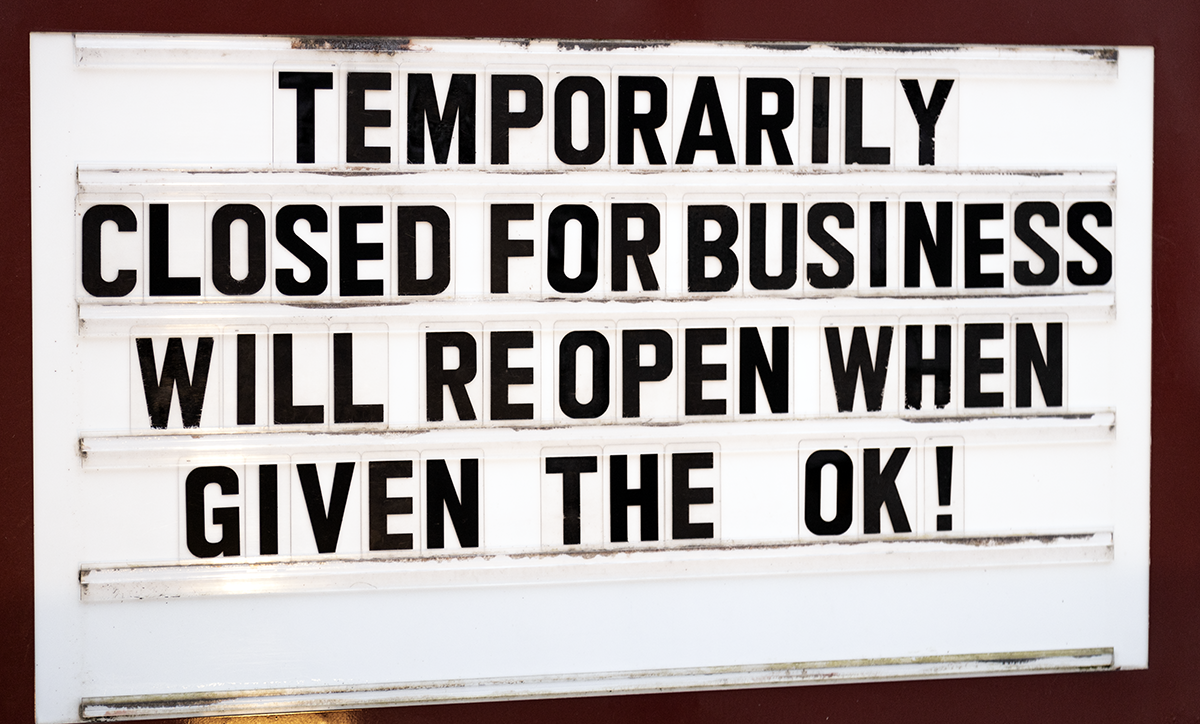 """The """"closed"""" sign at a New Jersey restaurant and bar. Photo ©2020, Mark Gillespie/CaskStrength Media."""